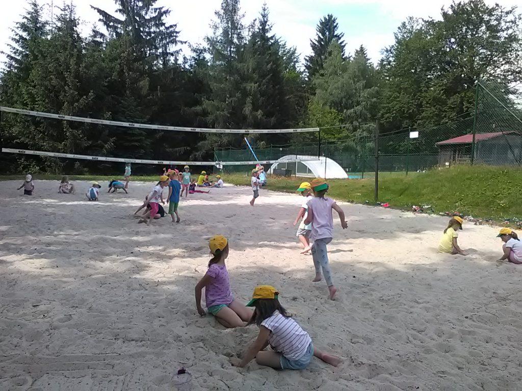 Děti si hrají v písku.