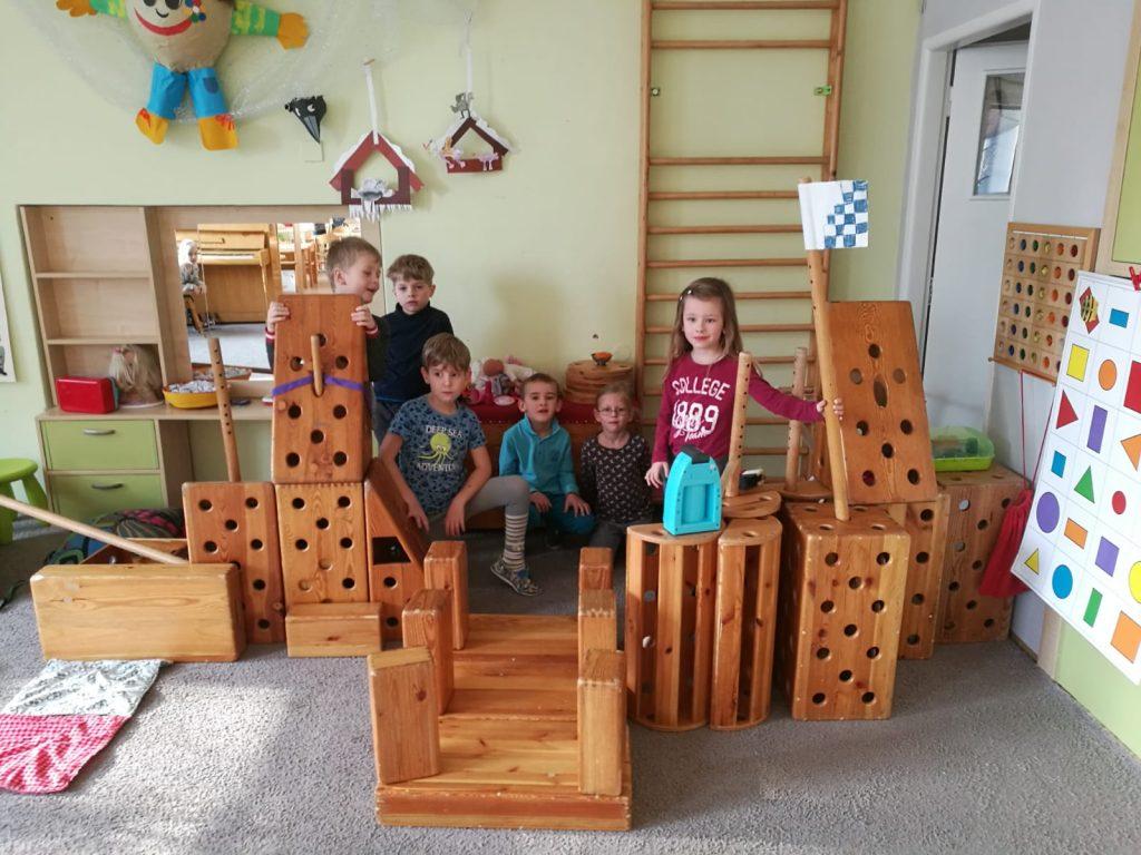 Děti si hrají.
