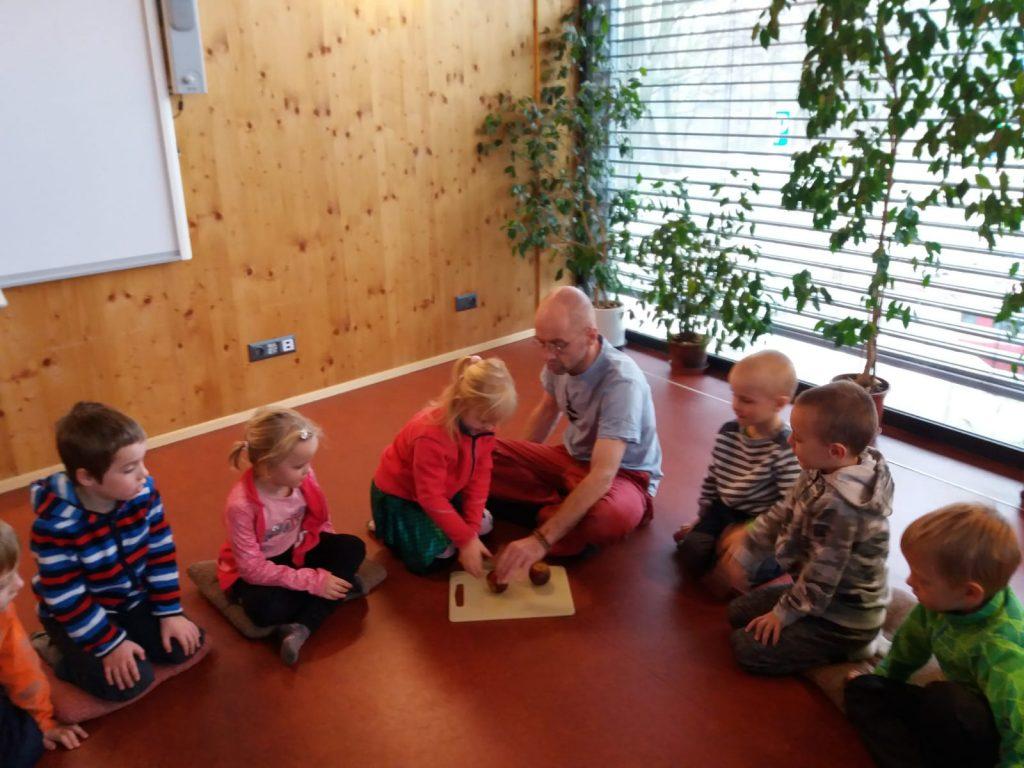 Děti navštívily ekocentrum a seznamují se s výrobou svíček.
