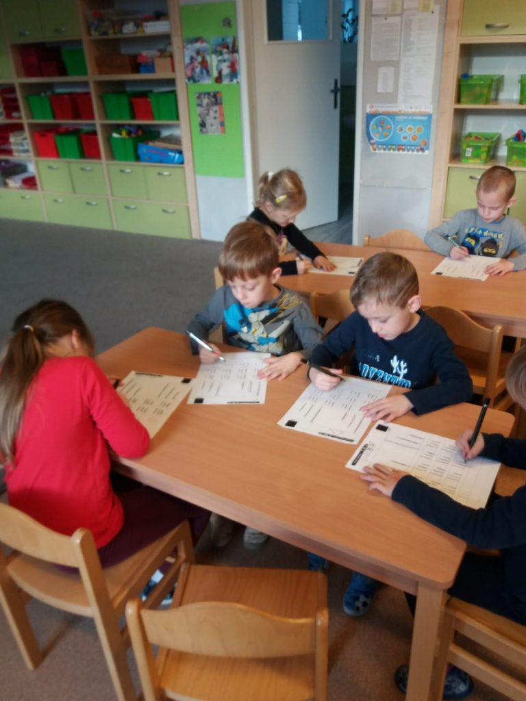 Metoda dobrého startu. Děti plní úkoly na papír.