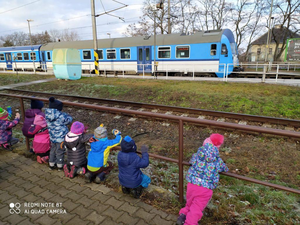 Děti pozorují vlak.