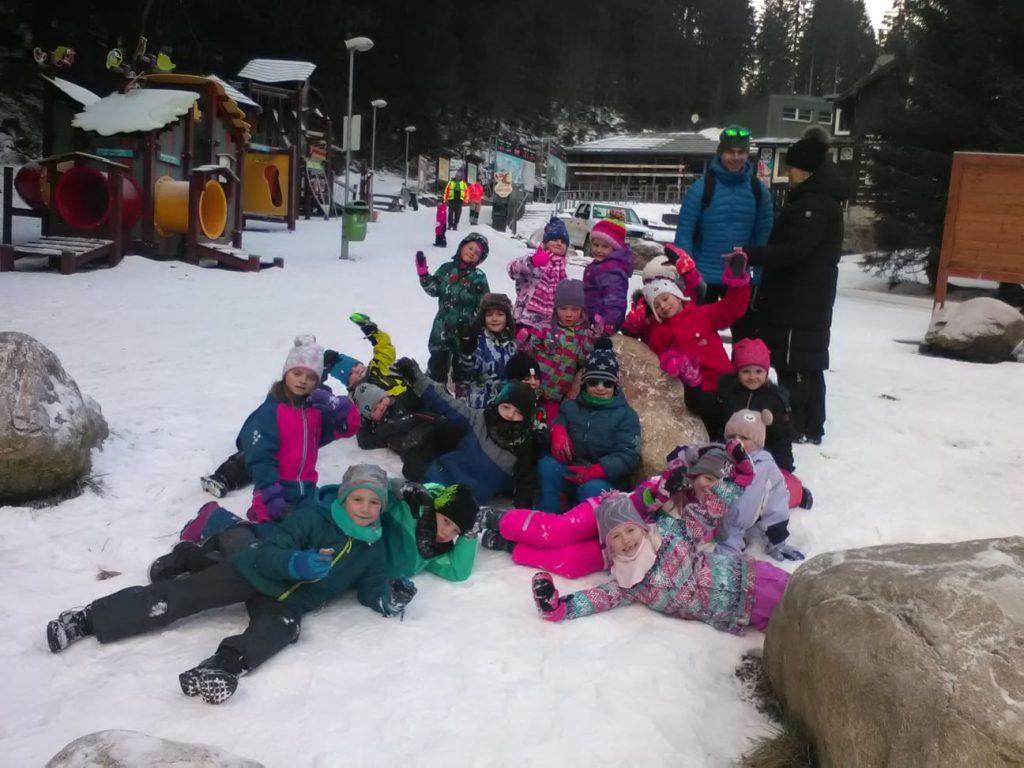 Děti se fotí na horách.