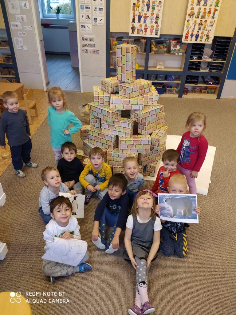 Děti postavily věž z krabic.