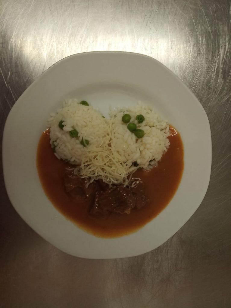 Mexický guláš s hráškovou rýží a sýrem