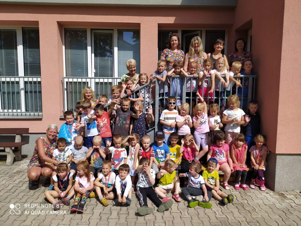 Fotka všech dětí a učitelského sboru.