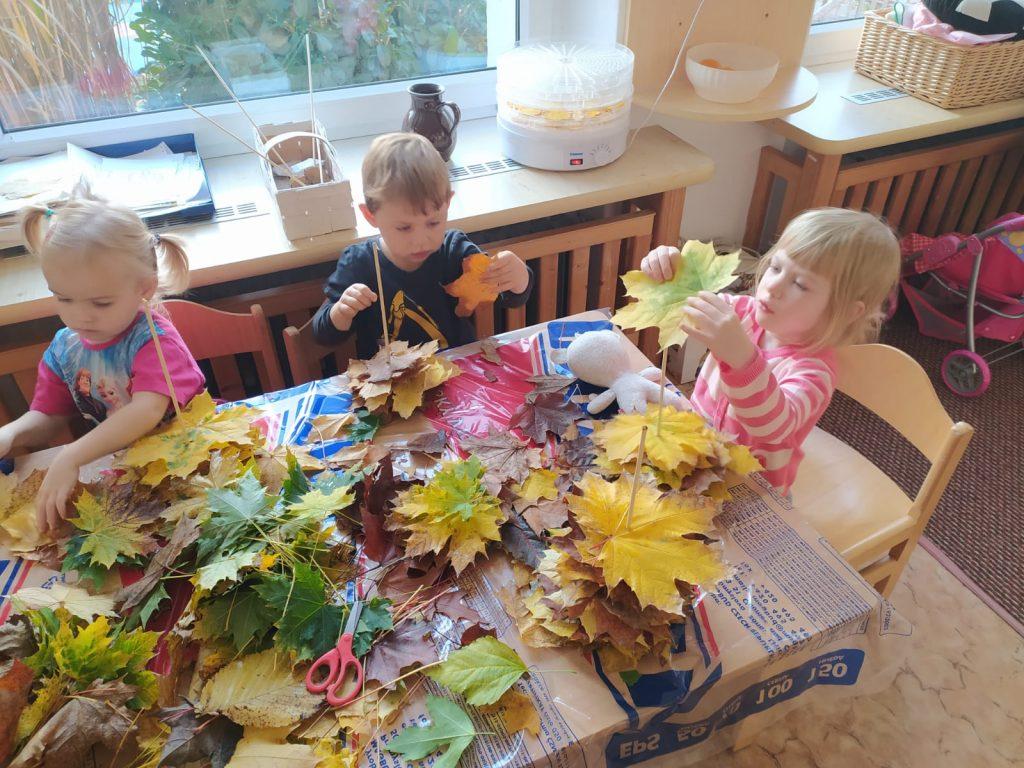 Děti tvoří výrobky z listí.