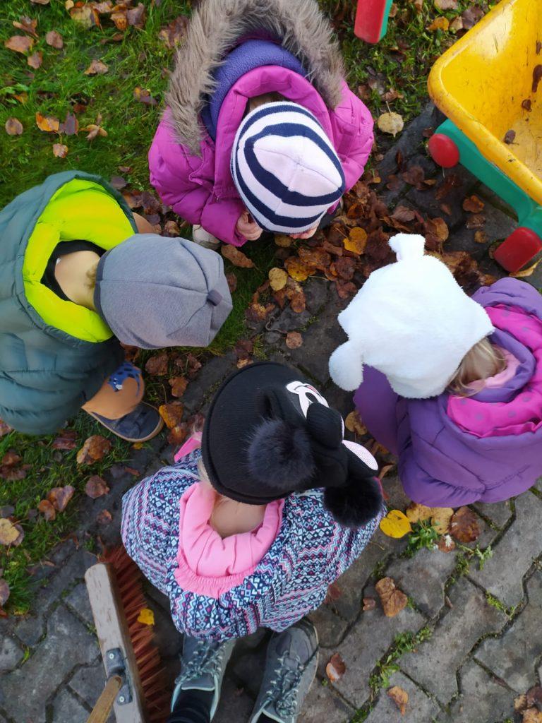 Děti zkoumají žížalu.