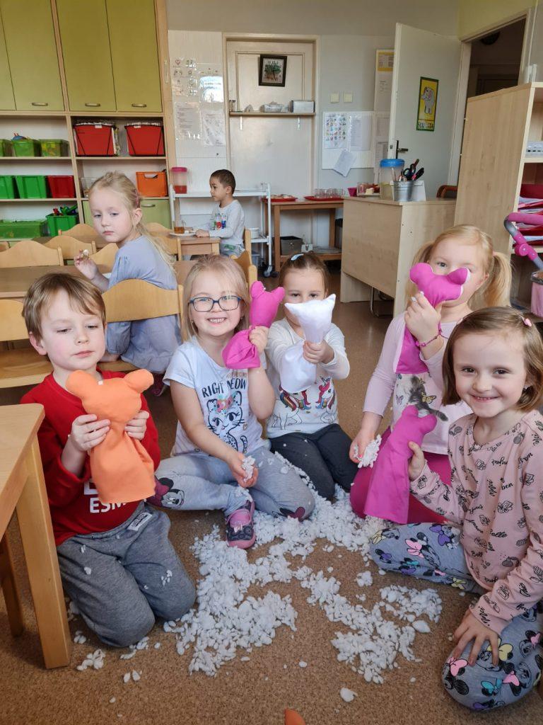 Děti vyrábí plyšáky.