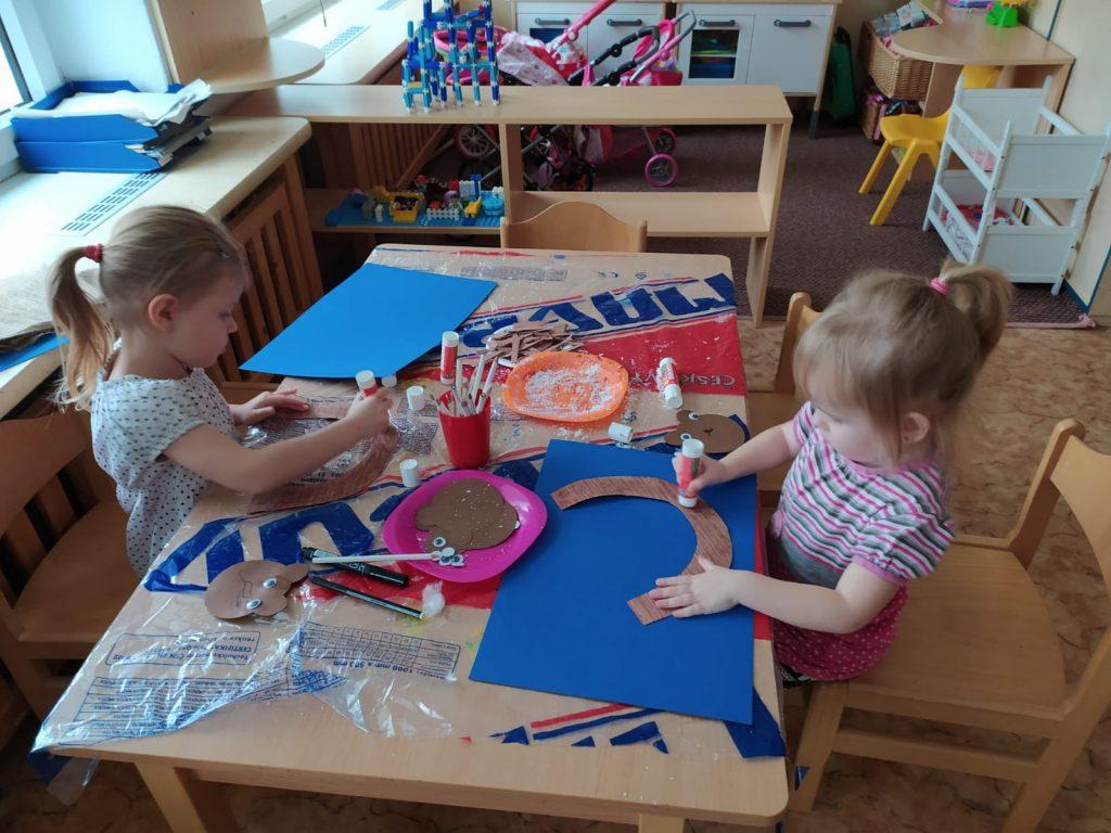 Děti vyrábí.