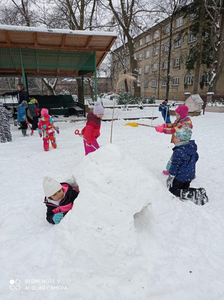 Děti si hrají na sněhu.