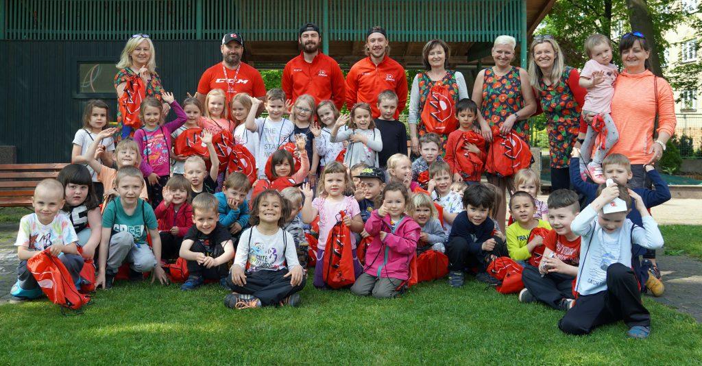 Skupinové foto dětí, personálu mateřské školy a trenérů.