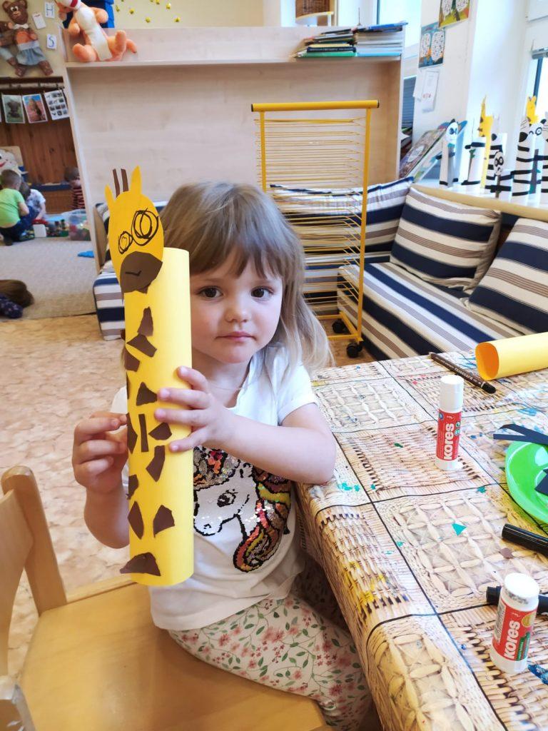 Holčička vyrobila žirafu.