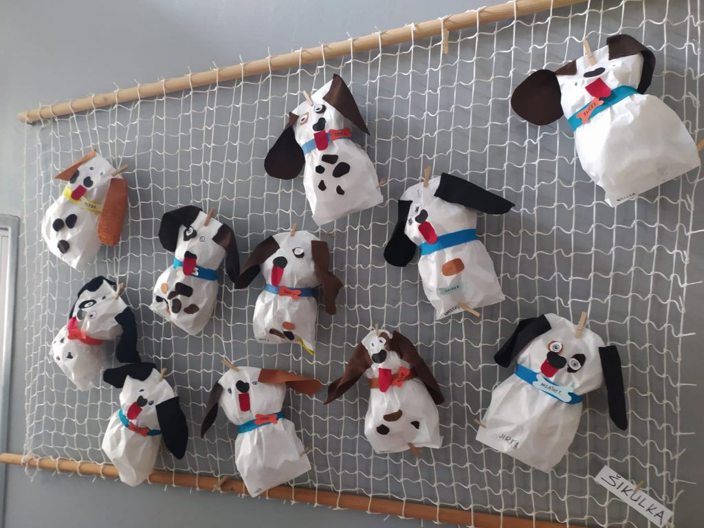 Výstava výrobků - pejsků od dětí.
