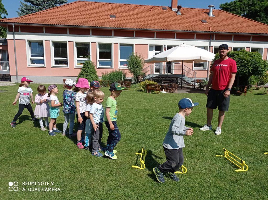 Hokejový trénink pro děti na  zahradě naší školky.