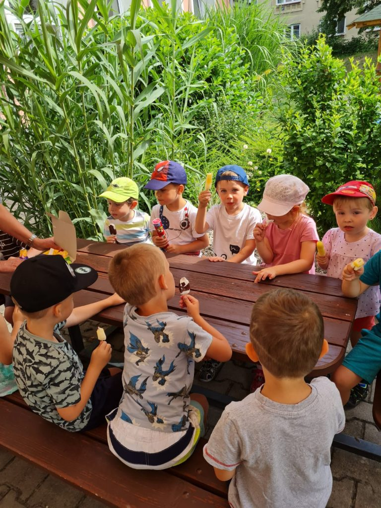 Děti jedí zmrzlinu.