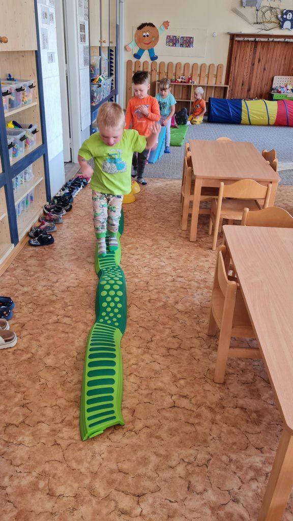 Děti cvičí.