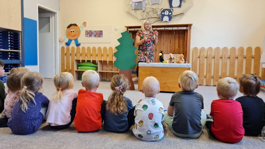 Paní učitelka hraje dětem divadlo.