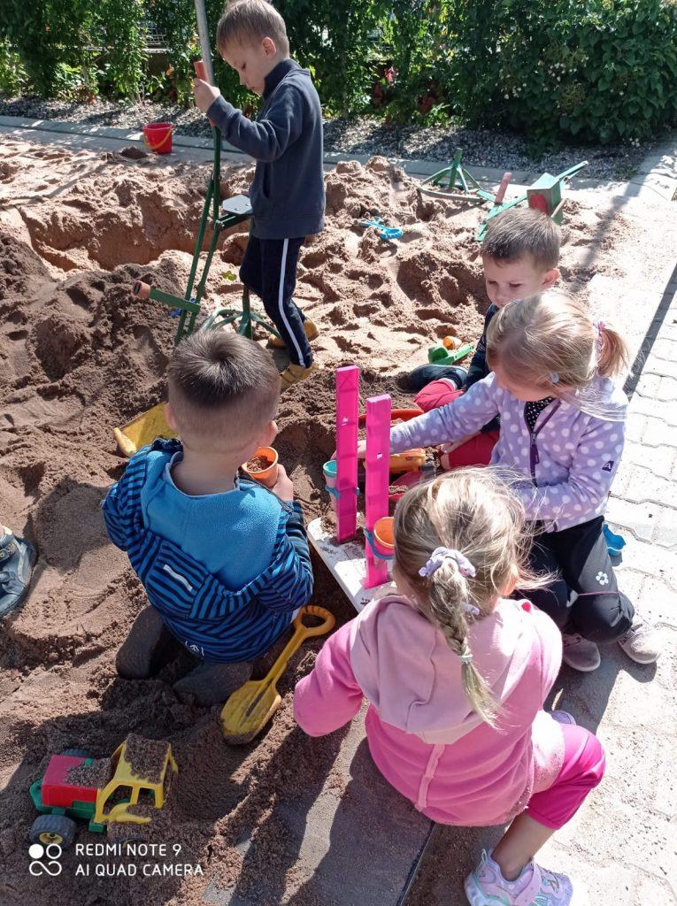 Děti si hrají na písku.