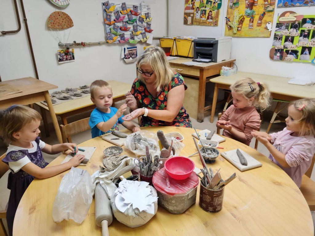 Děti tvoří v keramické dílně.