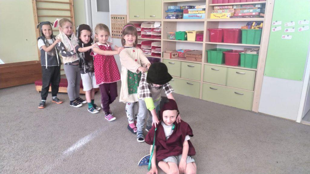 Děti ztvárňují pohádku o řepě.