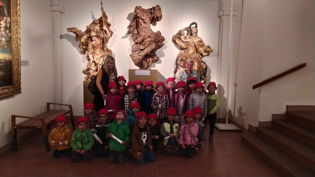 Děti se fotí ve VČM.